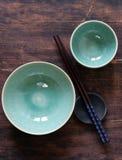 Pulisca le tazze ed i piatti vuoti dei piatti Immagine Stock Libera da Diritti