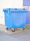 Pulisca lo scomparto di plastica blu dei rifiuti nell'area urbana Immagini Stock