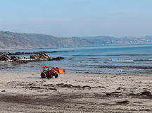 Pulisca lo zappatore della spiaggia nell'azione, Looe, Cornovaglia Fotografia Stock