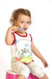 pulisce i piccoli denti della ragazza Fotografia Stock