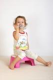 pulisce i piccoli denti della ragazza Fotografia Stock Libera da Diritti