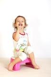 pulisce i piccoli denti della ragazza Fotografie Stock Libere da Diritti