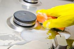 Pulisce un fornello di gas della cucina Fotografie Stock Libere da Diritti