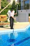 Pulitore della piscina Fotografia Stock