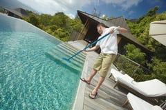 Pulitore della piscina, servizio professionale di pulizia sul lavoro Fotografia Stock Libera da Diritti