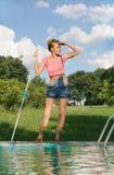 Pulitore della piscina sul lavoro Fotografie Stock