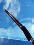 Pulitore di parabrezza dell'automobile con la riflessione Fotografie Stock Libere da Diritti
