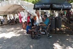 Pulitore di scarpa nel parco grande della plaza a Merida, Yucatan, Messico fotografie stock
