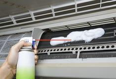 Pulitore di schiumatura della bobina del condizionatore d'aria immagine stock