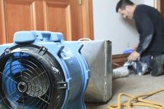 Pulitore di ventilazione che lavora ad un sistema di aria Immagine Stock Libera da Diritti