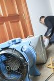 Pulitore di ventilazione che lavora ad un sistema di aria Immagini Stock Libere da Diritti