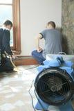 Pulitore di ventilazione che lavora ad un sistema di aria Fotografie Stock Libere da Diritti