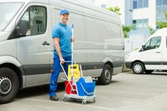 Pulitore in Front Of Van With Cleaning Equipments fotografie stock libere da diritti