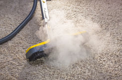 Pulitore a vapore asciutto nell'azione. Fotografia Stock
