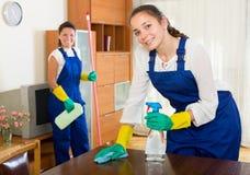 Pulitori che puliscono nella sala Fotografie Stock