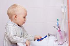 pulitura del ragazzo sveglia i suoi denti piccoli Fotografia Stock