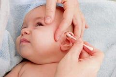 Pulitura delle orecchie immagini stock libere da diritti