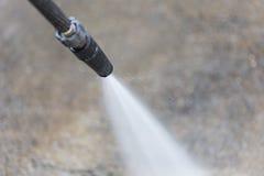 Pulizia all'aperto del pavimento con il getto di acqua ad alta pressione Immagini Stock Libere da Diritti