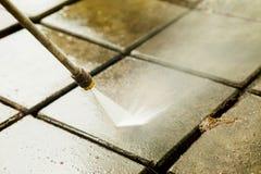 Pulizia all'aperto del pavimento con il getto di acqua ad alta pressione Immagini Stock