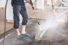 Pulizia all'aperto del pavimento con il getto di acqua ad alta pressione Fotografie Stock