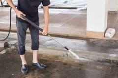 Pulizia all'aperto del pavimento con il getto di acqua ad alta pressione Fotografia Stock