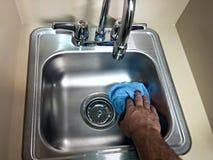 Pulizia che pulisce un lavandino Immagini Stock
