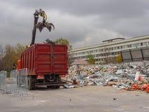 Pulizia dei detriti di costruzione con un carrello elevatore La Russia, Mosca, ottobre 2017 fotografie stock