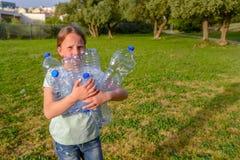 Pulizia del bambino nel parco Ragazza volontaria dell'adolescente che pulisce lettiera immagini stock