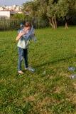 Pulizia del bambino nel parco Ragazza volontaria dell'adolescente che pulisce lettiera immagine stock libera da diritti