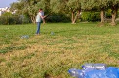 Pulizia del bambino nel parco Ragazza volontaria dell'adolescente che pulisce lettiera fotografie stock