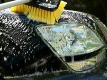 Pulizia del cappuccio di giorno del lavaggio di automobile Fotografie Stock
