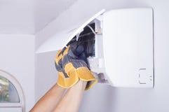 Pulizia del condizionatore d'aria Immagini Stock