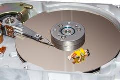Pulizia del disco rigido Una donna pulisce un HDD Figurina di una donna pulitori Immagini Stock