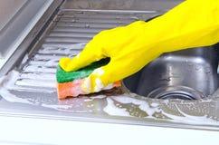 Pulizia del lavandino di cucina Fotografia Stock Libera da Diritti