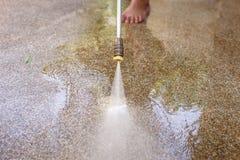 Pulizia del pavimento con il getto di acqua ad alta pressione Immagini Stock Libere da Diritti