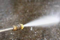 Pulizia del pavimento con il getto di acqua ad alta pressione Fotografia Stock Libera da Diritti