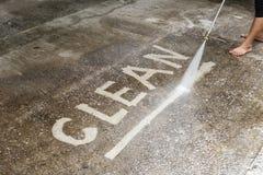 Pulizia del pavimento con il getto di acqua ad alta pressione Fotografie Stock Libere da Diritti