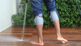 Pulizia del pavimento con il getto di acqua ad alta pressione archivi video