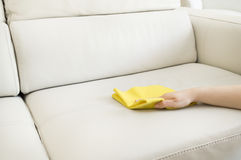 Pulizia del sofà beige Fotografia Stock