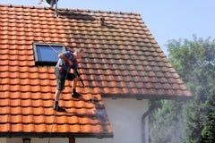 Pulizia del tetto con l'alta pressione Fotografie Stock Libere da Diritti