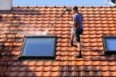 Pulizia del tetto con l'alta pressione Immagini Stock
