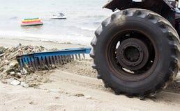 Pulizia del trattore della ruota Fotografia Stock