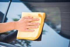 Pulizia del vetro dell'automobile Fotografie Stock