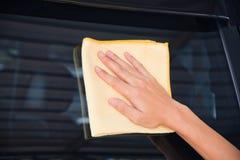 Pulizia del vetro dell'automobile Immagini Stock