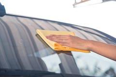 Pulizia del vetro dell'automobile Immagine Stock Libera da Diritti