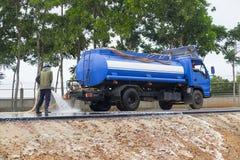Pulizia dell'acqua alla strada Fotografia Stock Libera da Diritti
