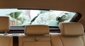 Pulizia dell'automobile della finestra sul cortile dalla neve Immagine Stock