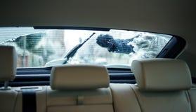 Pulizia dell'automobile della finestra sul cortile dalla neve Fotografia Stock