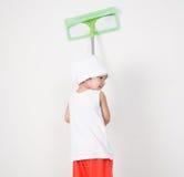 Pulizia della bambina con una zazzera Fotografie Stock