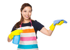 Pulizia della casalinga con lo spruzzo e lo straccio Immagini Stock